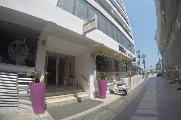Les Palmiers Hotel entrance