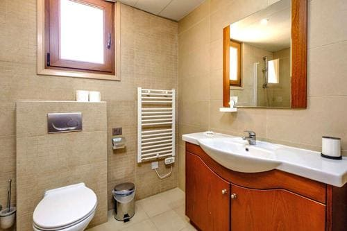Modern bathroom in Les Palmiers apartment